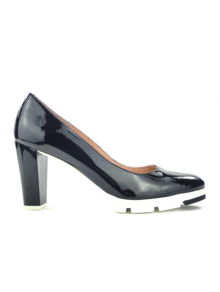 Zapato de salon marca YOKONO modelo WALIS color negro, vista lateral exterior