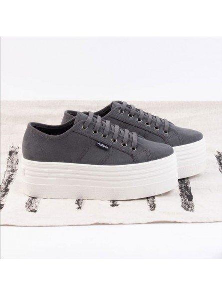 Comprar Online Zapas Victoria con plataforma, modelo 105105, color gris oscuro antracita, vista lateral conjunta