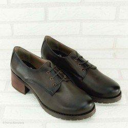 Zapato de la marca YOKONO, cierre con cordones, de piel, en color marrón, vista portada