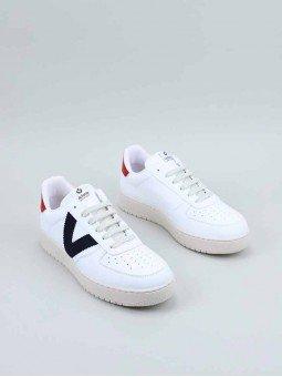 Sneakers Victoria, modelo 129101, en color blanco, von la V en marino, vista frontal.