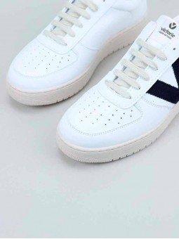 Sneakers Victoria, modelo 129101, en color blanco, von la V en marino, vista puntera.