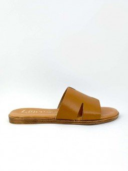 Sandalia plana, tipo pala hermes, color cuero marron, plantilla acolchada. lateral