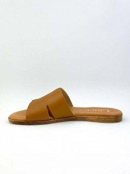 Sandalia plana, tipo pala hermes, color cuero marron, plantilla acolchada. interior