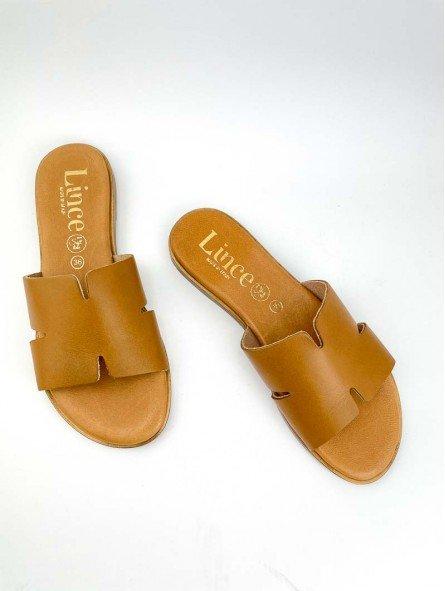 Sandalia plana, tipo pala hermes, color cuero marron, plantilla acolchada. vista portada