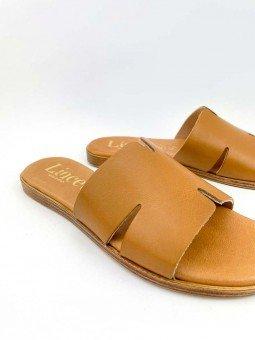 Sandalia plana, tipo pala hermes, color cuero marron, plantilla acolchada. vista detalle